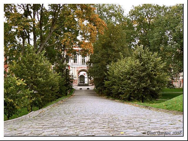 Дворец в осенней листве