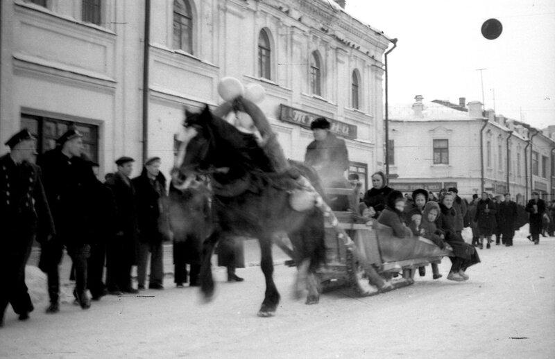 Катание на санях. Улица Кирова, налево - Депутатский переулок