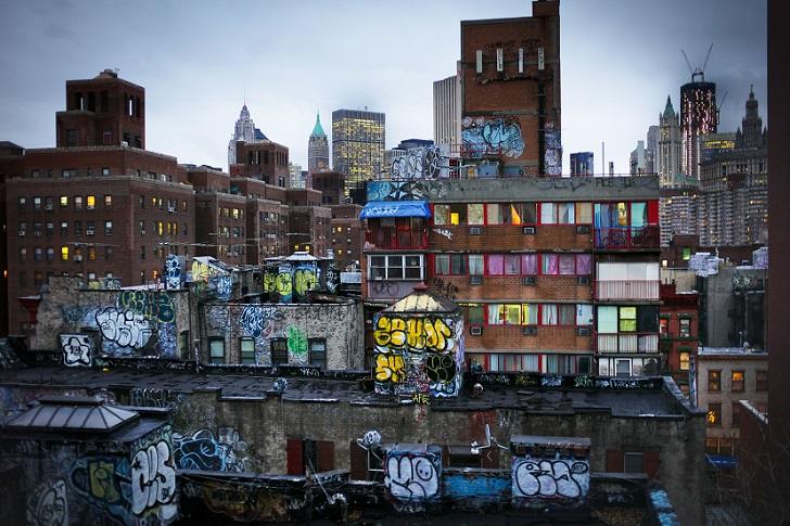 Граффити на задних стенах домов в Манхеттене