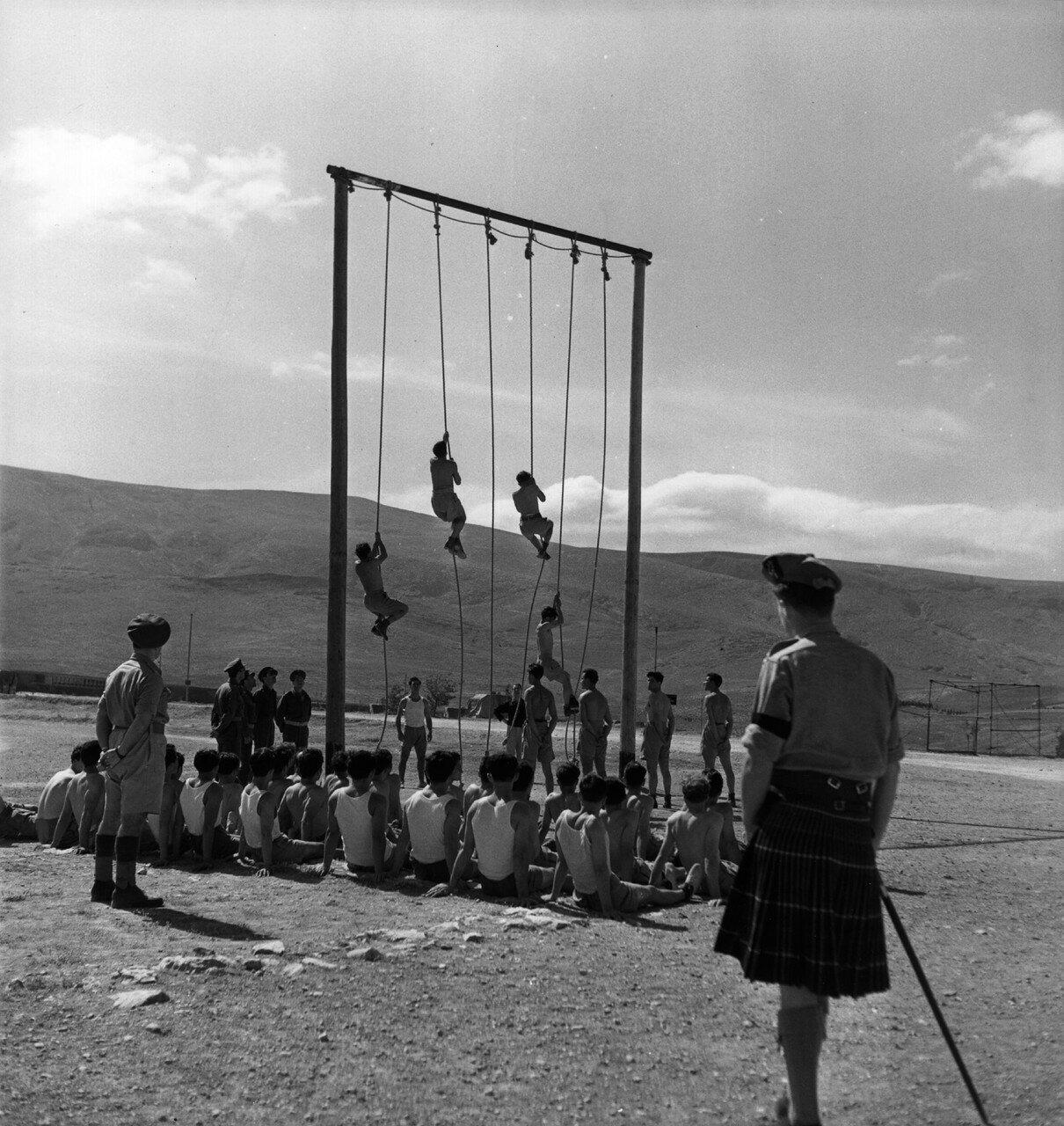 1947. Греческие солдаты тренируются под присмотром британских офицеров