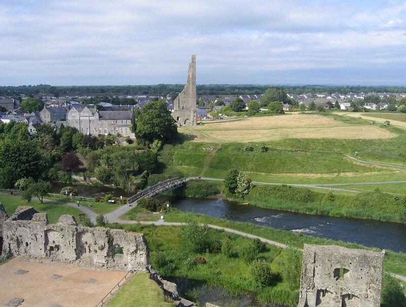 Руины башни на другом берегу