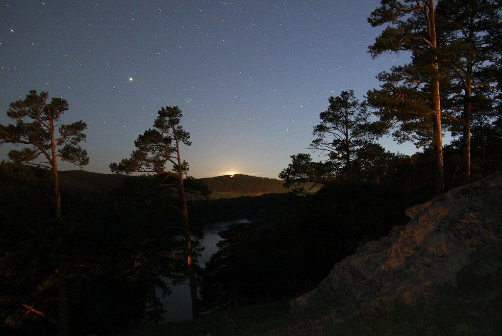 Закат Луны с частью скалы Аргус