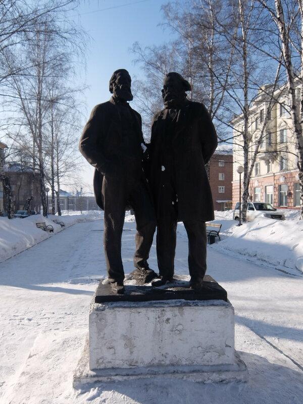 Киселевск - Памятник Марксу и Энгельсу