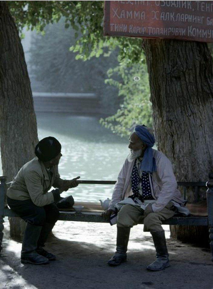 Узбекистан. Сцена в «Чайхане», или чайной, расположенной в селе возле Бухары
