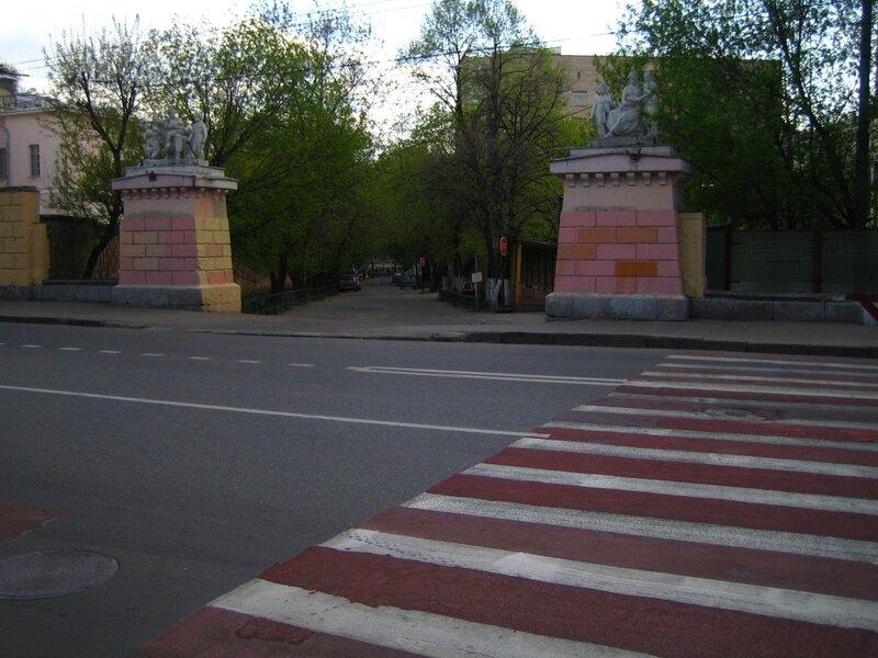 Белокаменные аллегорические скульптурные группы «Милосердие» и «Воспитание» на пилонах ворот Воспитательного дома