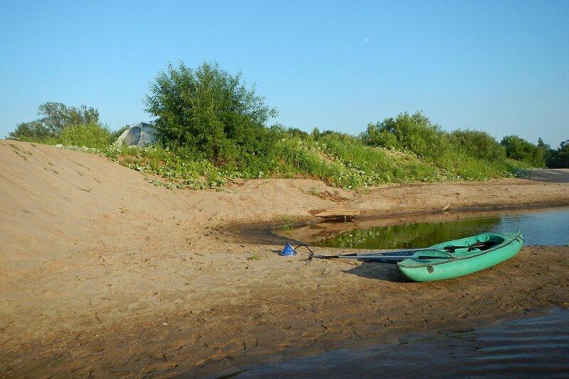 Надувная байдарка на песчаной косе под песчаной горой на берегу реки Белая Холуница