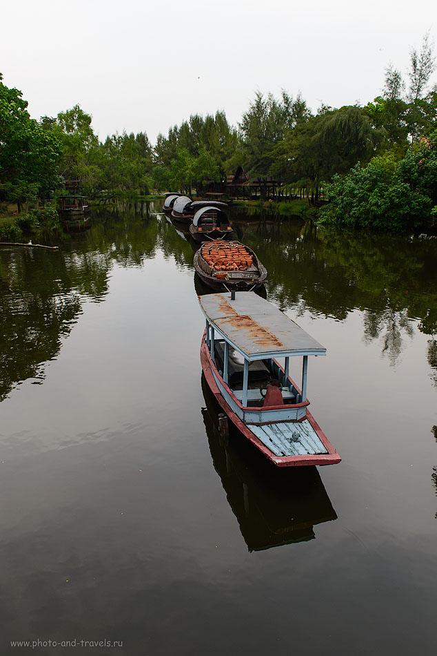 """Фотография 7. Парк Муанг Боран в Бангкоке. Отзыв об экскурсии. Буксир тащит баржи с различными товарами на продажу по каналу (""""klong"""" означает «канал»). Такие сценки можно увидеть и сейчас по всему Таиланду. 320, 24, 8.0, 1/200"""
