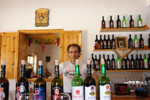 Винодел со своим товаром