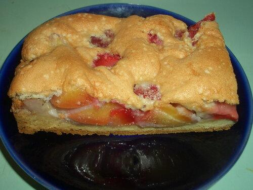 Именинный пирог с клубникой и сливами