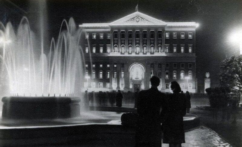 Москва. Вечером у здания Моссовета