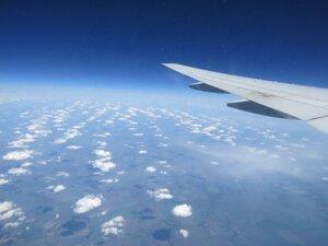 Полет на самолете над облаками