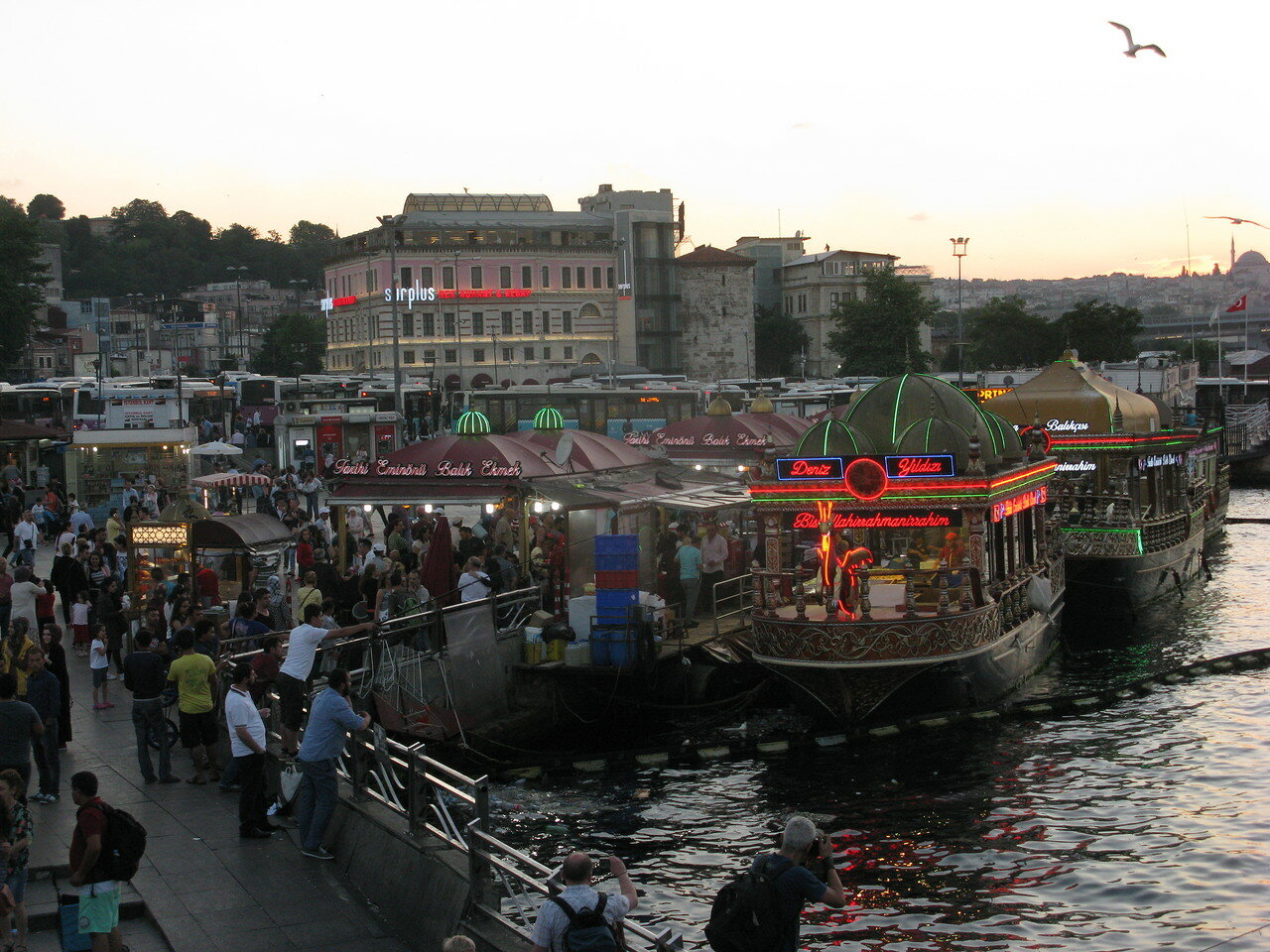 Рыбные развалы и рестораны на берегу Босфора. Автор фото: Станислав Кривошеев