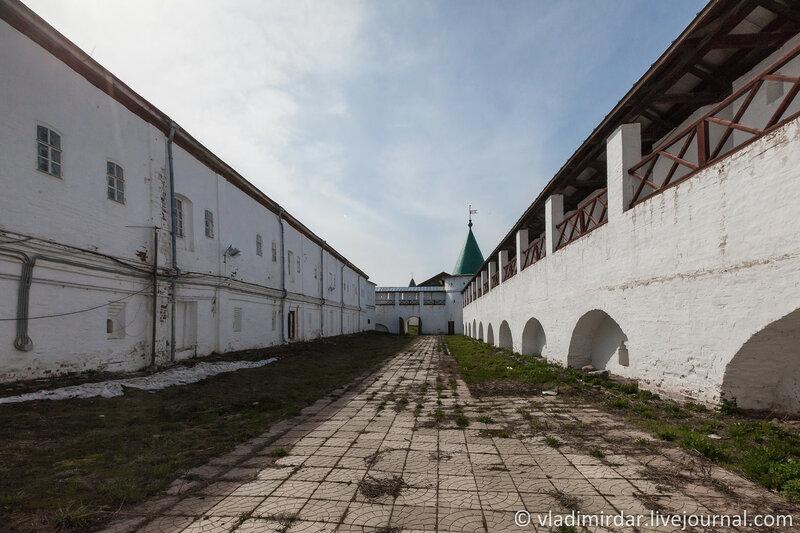 Братский корпус и крепостные стены Ипатьевского монастыря.