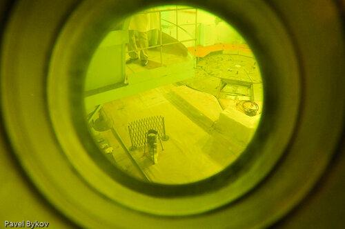 Вид на реактор через метровое свинцовое стекло