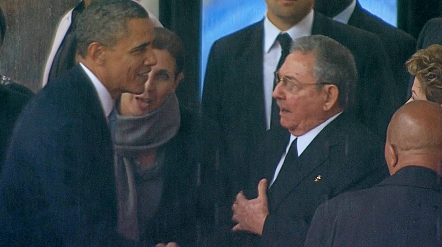 Обама жмет руку Кастро.png