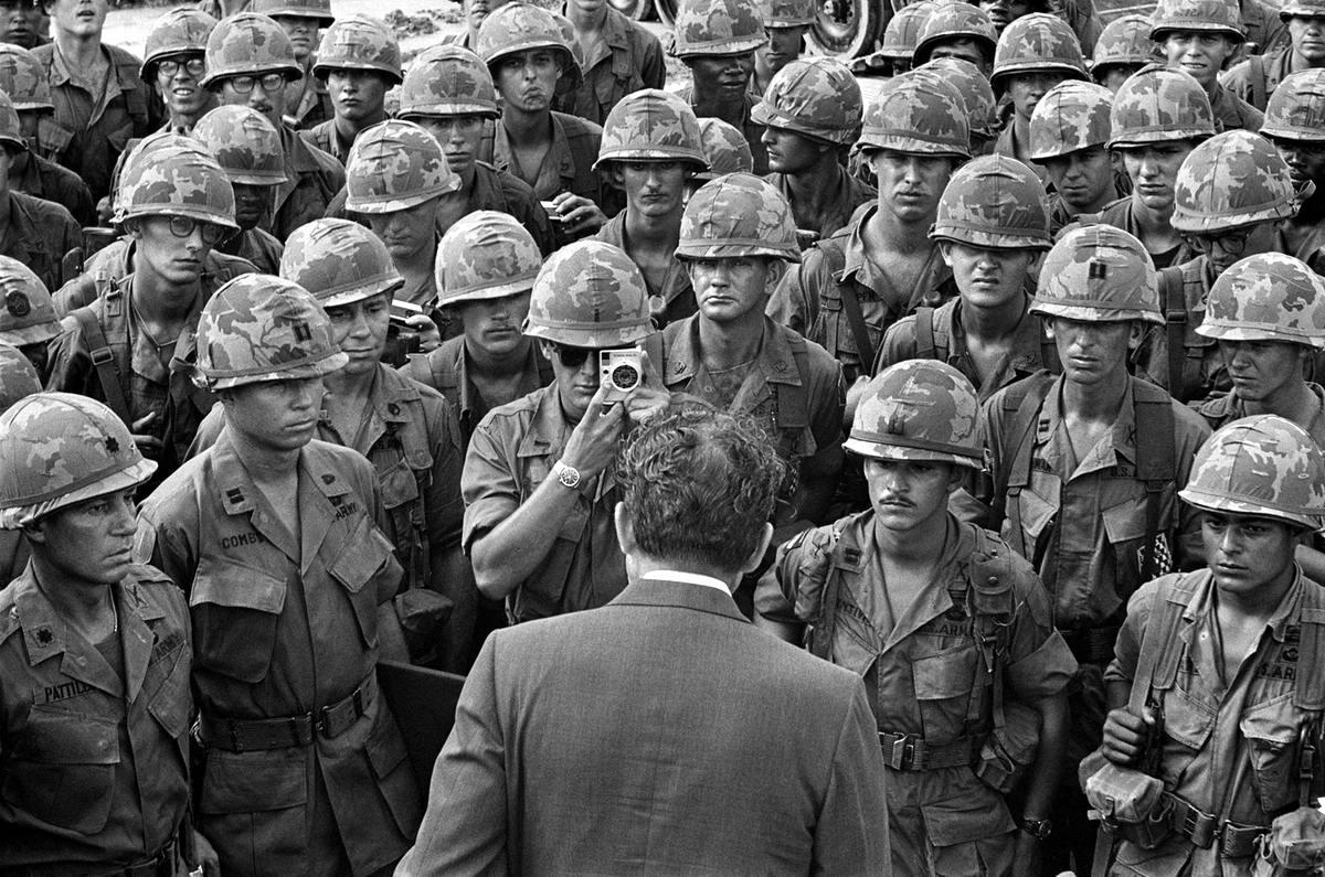 Американский президент Никсон во время встречи с военнослужащими 1-й пехотной дивизии армии США в окрестностях Сайгона