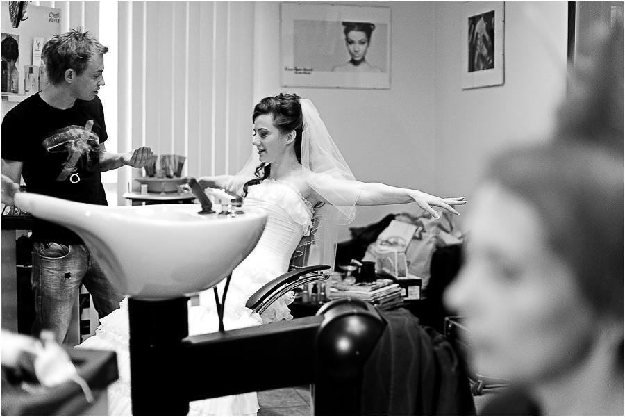 Вам срочно нужен свадебный фотограф и вы не знаете с чего начать. Искать догорого или дешевого – нужно знать сколько стоят услуги свадебного фотографа. Ведь вы хотите получить красивые профессиональные фотографии с вашей свадьбы и быть уверенным в креативном подходе заказанного фотографа на свадьбу. Подробнее: http://www.profifoto.ru/articles/kak-nayti-i-zakazat-svadebnogo-fotografa-na-svadbu.html