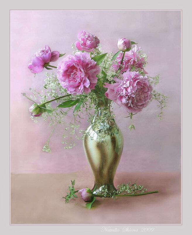Розовые пионы в вазе