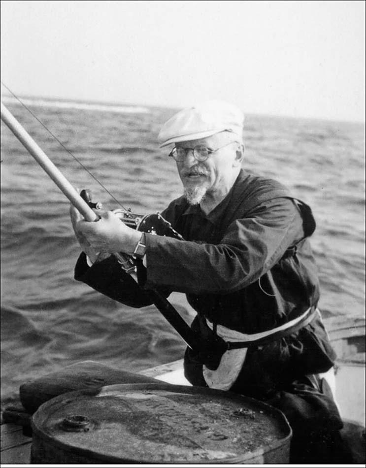Лейб Бронштейн впервые за годы в Мексике вышел в открытое море, чтобы поудить. Какой азарт и вкус к активной жизни, а? 1940 год