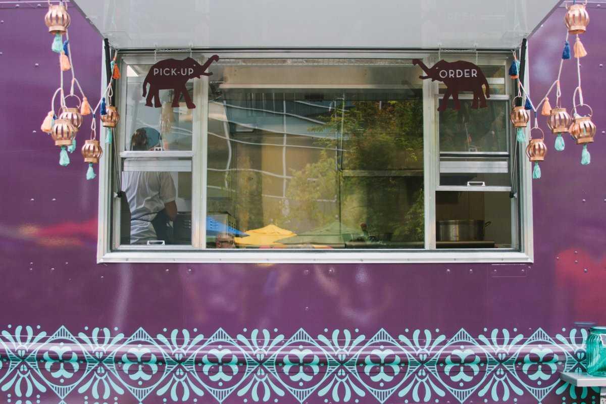 1. Окно заказа в New York Delhi, новом кафе-автофургоне в Google.