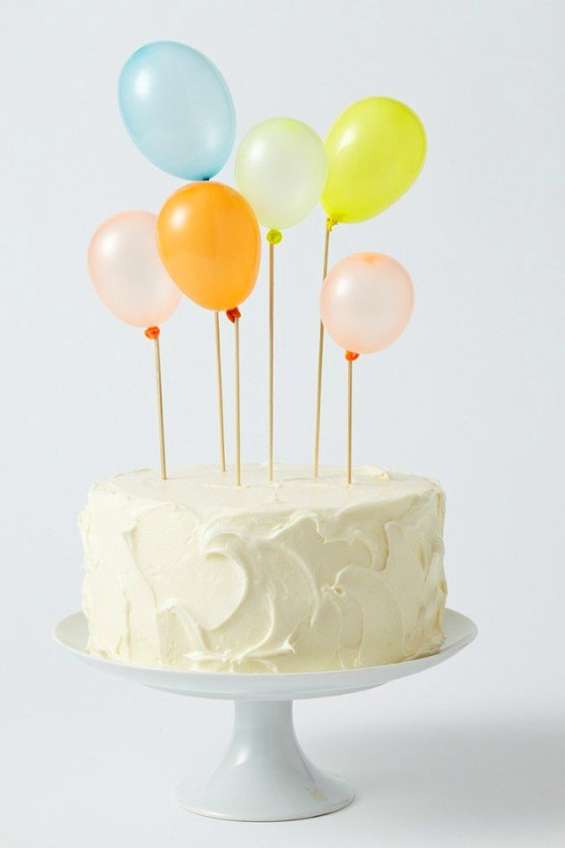 Праздничный торт с шарами.