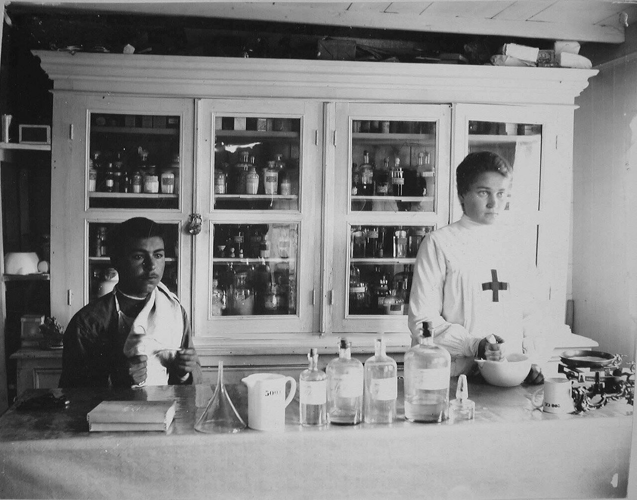 37. Медицинский персонал в аптеке Елизаветградской баржи-лазарета