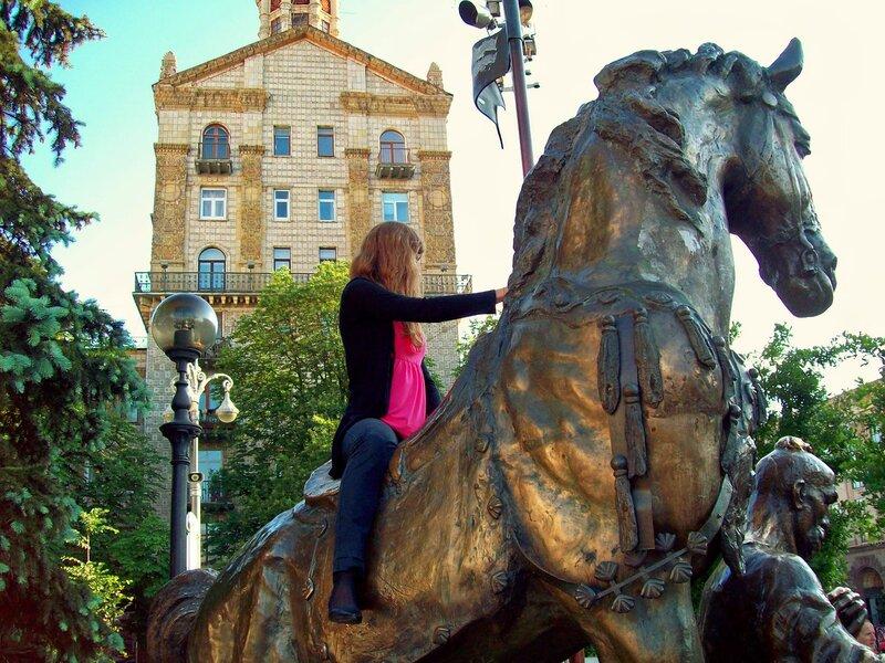 Туристка на памятнике