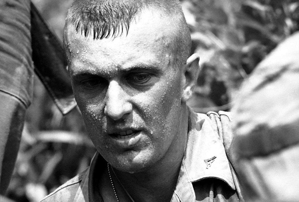 Американский морпех, который недавно прибыл в Южный Вьетнам, покрывшийся каплями пота в процессе поиска северовьетнамских партизан вблизи авиабазы Da Nang