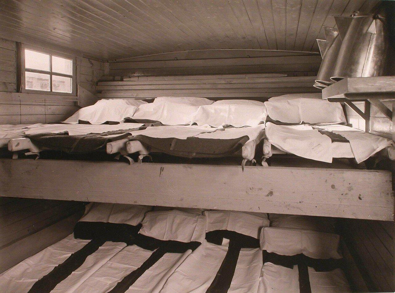 14. Вид части вагона-теплушки для раненых нижних чинов в передовом санитарном поезде