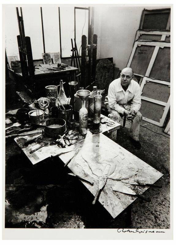 1950. Жан Дюбюффе в своей мастерской
