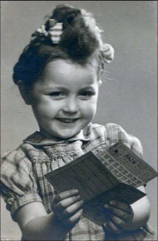 1946. Аннет Дуану с продовольственными талонами на хлеб