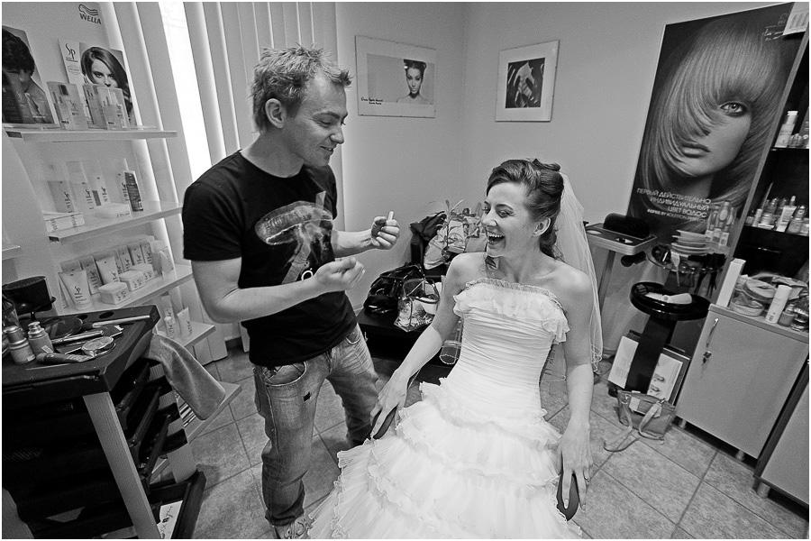 Если у вас возник вопрос о том, как сфотографировать свадьбу, то можно предположить то, что вы стали обладателем хорошего и дорогого фотоаппарата. А возможно, что у кого- то из ваших друзей в ближайшее время намечено торжество по очень хорошему поводу – по поводу бракосочетания. Ну, а если мы в своих предположениях оказались не правы, то все равно дочитайте эту статью до конца. Хочется думать, что она вам будет не только интересна, но вдобавок вы почерпнете из нее массу полезной для любого фотографа информации