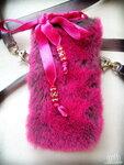 Розовая меховая сумочка под плеер