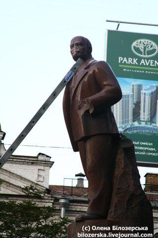 Фашисты повредили памятник Ленину