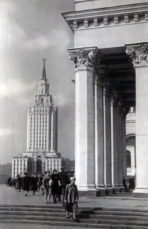 Москва.Высотное здание на Комсомольской площади