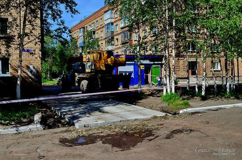 Фото города Инта №7712  Горького 6 и 4 (продолжаются работы по укладке бетонных плит) 21.06.2015_12:50