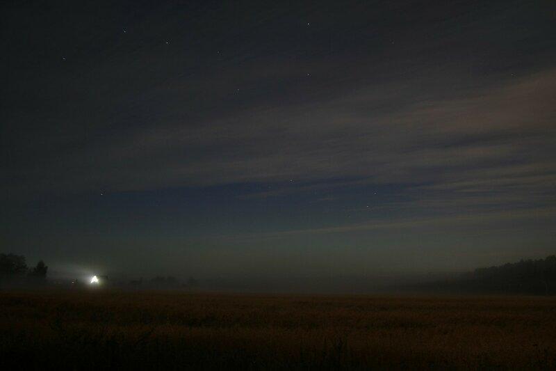 Туман поглотил поля, лес и деревню Жданухино. На небе сияет Большая Медведица, а на горизонте слабая зелень северного сияния