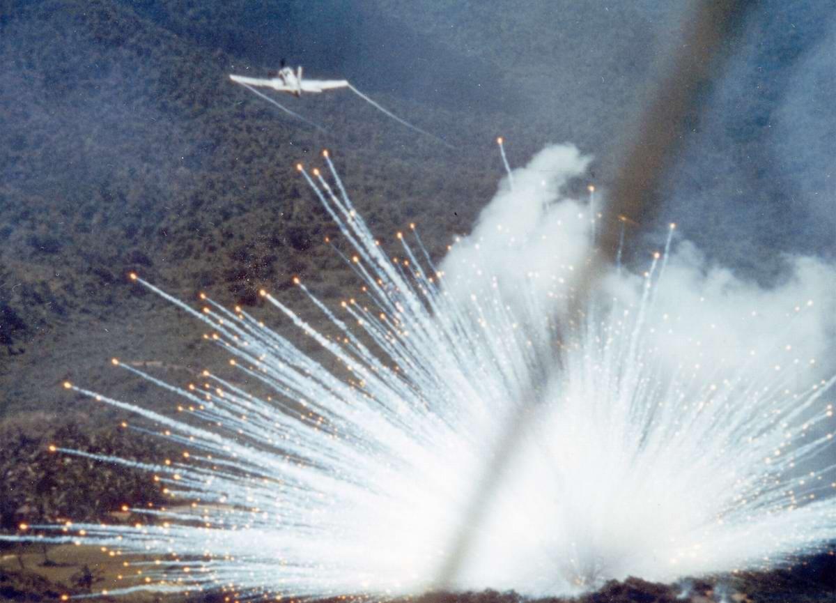Американский штурмовик Douglas A-1 Skyraider сбрасывает бомбы, начиненные белым фосфором, на позиции войск Северного Вьетнама