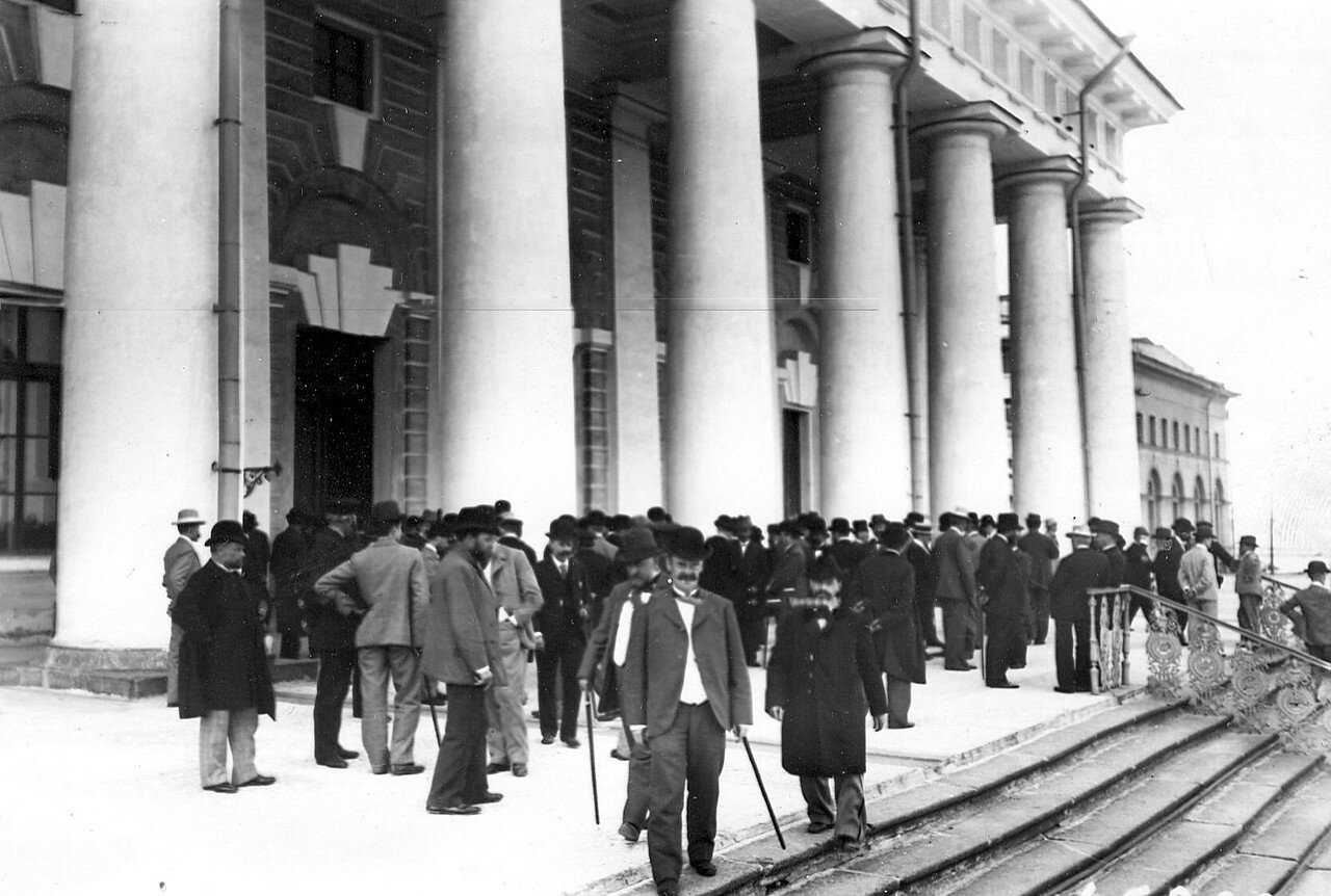 Март 1906.  Группы избирателей на лестнице Фондовой биржи, где происходят выборы выборщиков в Первую Государственную думу