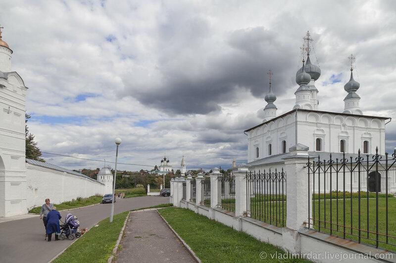 У Покровского монастыря в Суздале