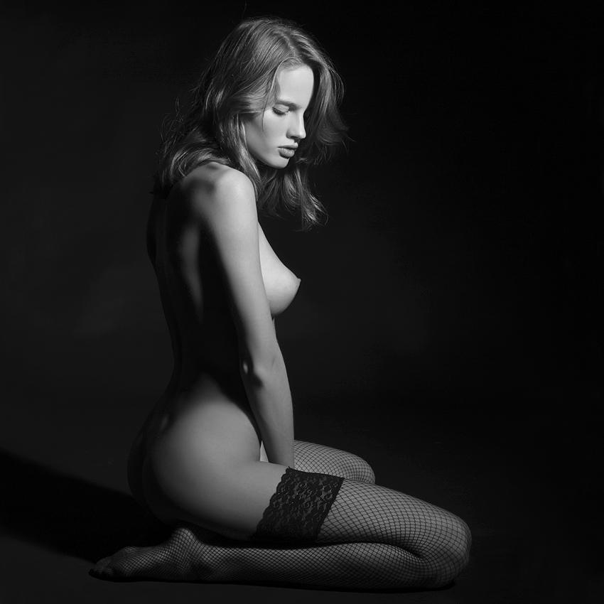 Эротика, красивая обнаженная девушка, черно-белое фото, элегантно.