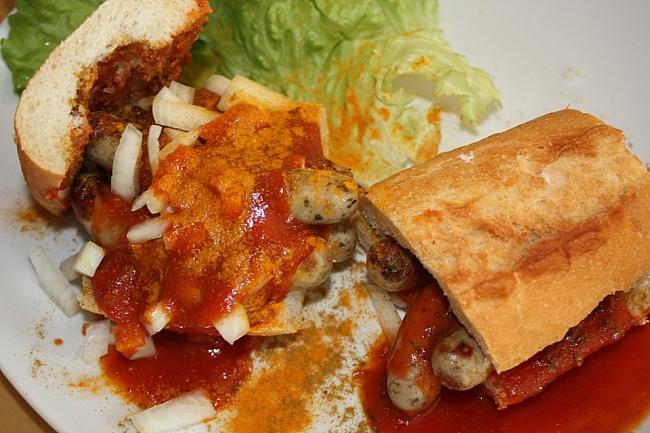 Так называется австрийское блюдо, состоящее изнемецких сосисок, лука, карри, горчицы или кетчупа. <