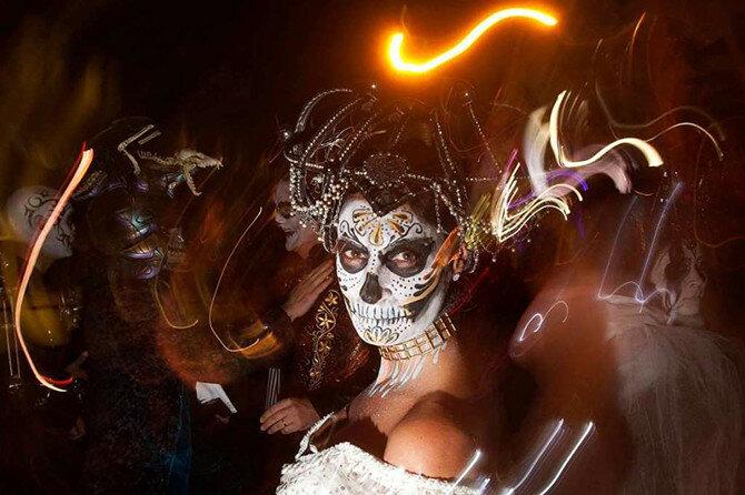 Считается, что в Северную Америку Хэллоуин был привезён иммигрантами из Европы, которые праздновали окончание сбора урожая у костра и при этом делились страшными историями, пели, танцевали и предугадывали будущее. (Фото: Carlo Allegri/Reuters).