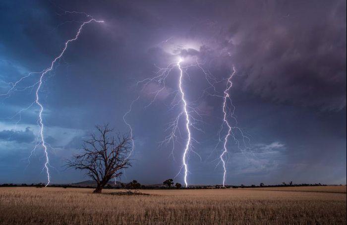 Красивые фотографии молний в самых разных местах и ситуациях 0 a5519 a1f7921b orig