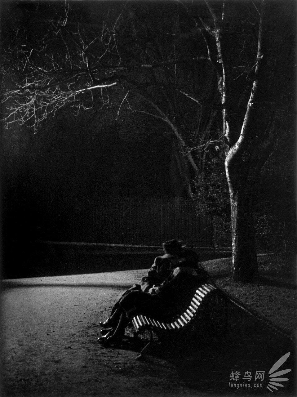 1930. Любовный поцелуй в ночном парке