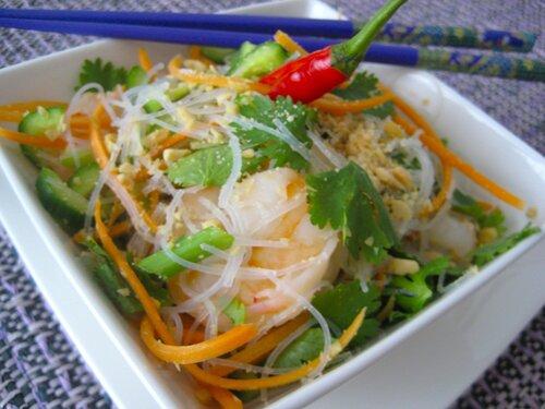 """Cold prawn salad: холодный салат с креветками и """"стеклянной"""" вермишелью по-тайски"""