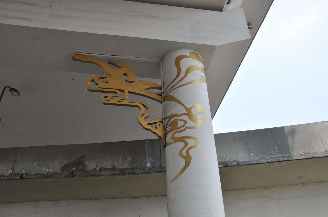 Летящие птицы из эмблемы в украшении опоры эстакады