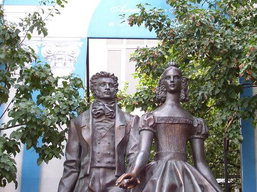 Пушкин и Натали (Арбат)*