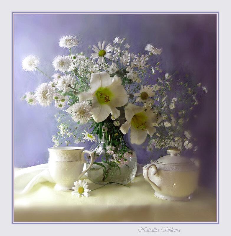 С белыми лилиями