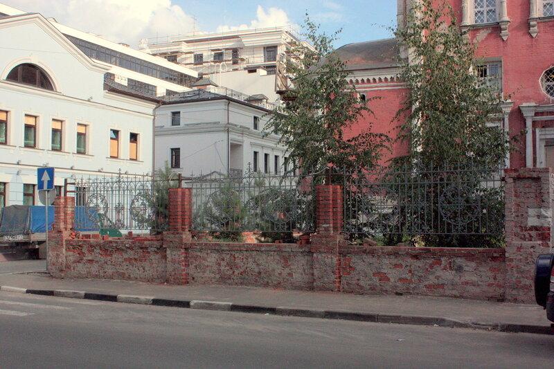 Церковь Введения в Барашах. Установка новой ограды и строительство новых столбов.